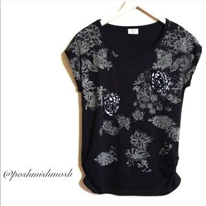 Tops - 🆑 NEW Embellished Black Tee with Rosettes